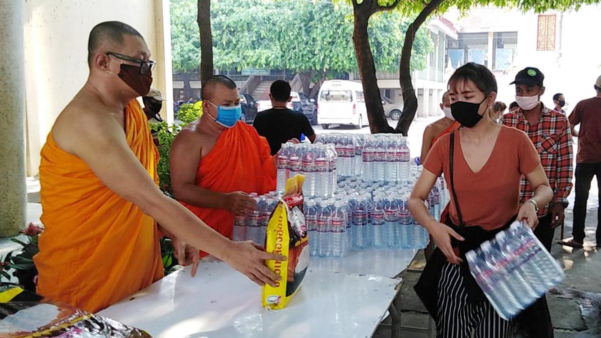พระวัดราชบูรณะ พิษณุโลก แจกข้าวสาร-น้ำดื่ม ช่วยประชาชน ช่วงวิกฤตโควิด-19
