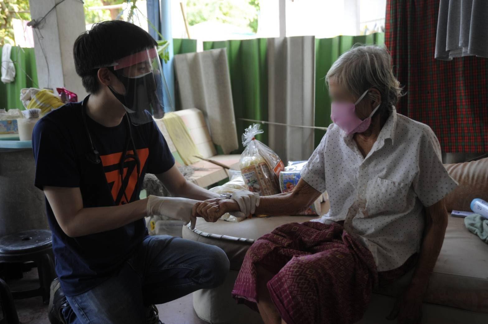 'หมอวาโย' ช่วยตรวจผู้สูงวัยหลังเกิดอุบัติเหตุลื่นล้ม - ประสานรพ.สต.คลองสาม ส่งรักษา