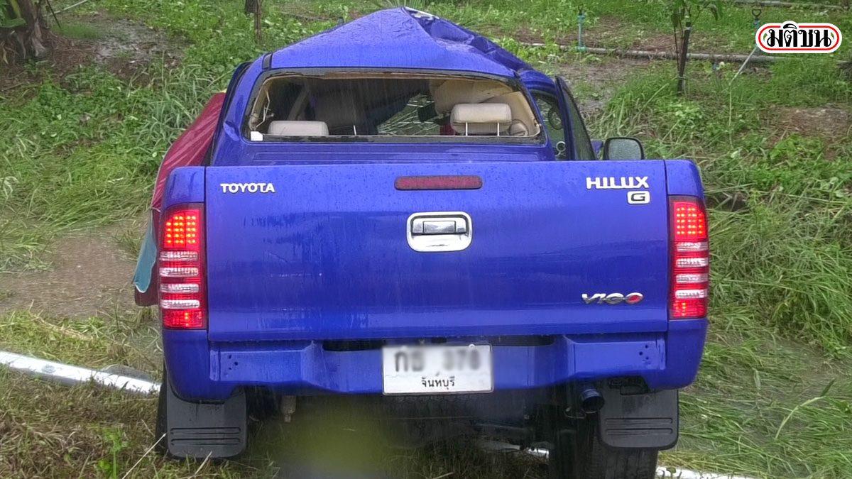 ขับกระบะฝ่าฝน ระทึกจู่ๆหมุนเสียหลักลงข้างทาง ชนเสาไฟ โชคดีรัดเข็มขัดฯ รอดตาย
