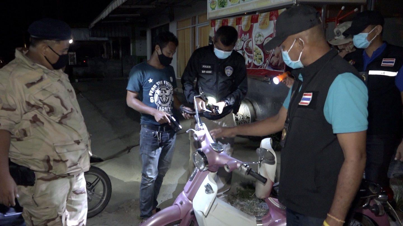 ทหาร ตำรวจ ฝ่ายปกครอง ออกตรวจพื้นที่เกาะสมุยช่วงเคอร์ฟิว จับ 2 หนุ่มฝ่าฝืน