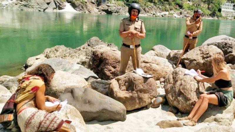 """โควิด: ลงโทษนักท่องเที่ยวเมินล็อกดาวน์ อินเดียสั่งคัด """"ขอโทษ"""" 500 ประโยค"""