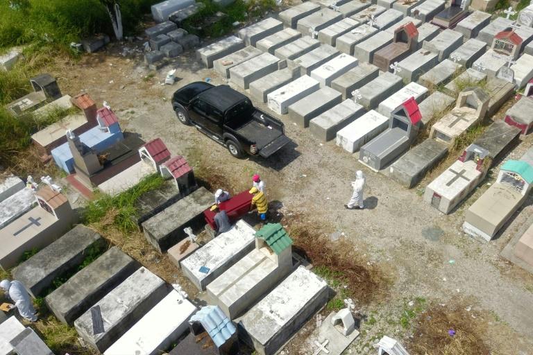 โควิด: ตำรวจเอกวาดอร์เก็บศพตามบ้านเรือนเกือบ 800 ราย