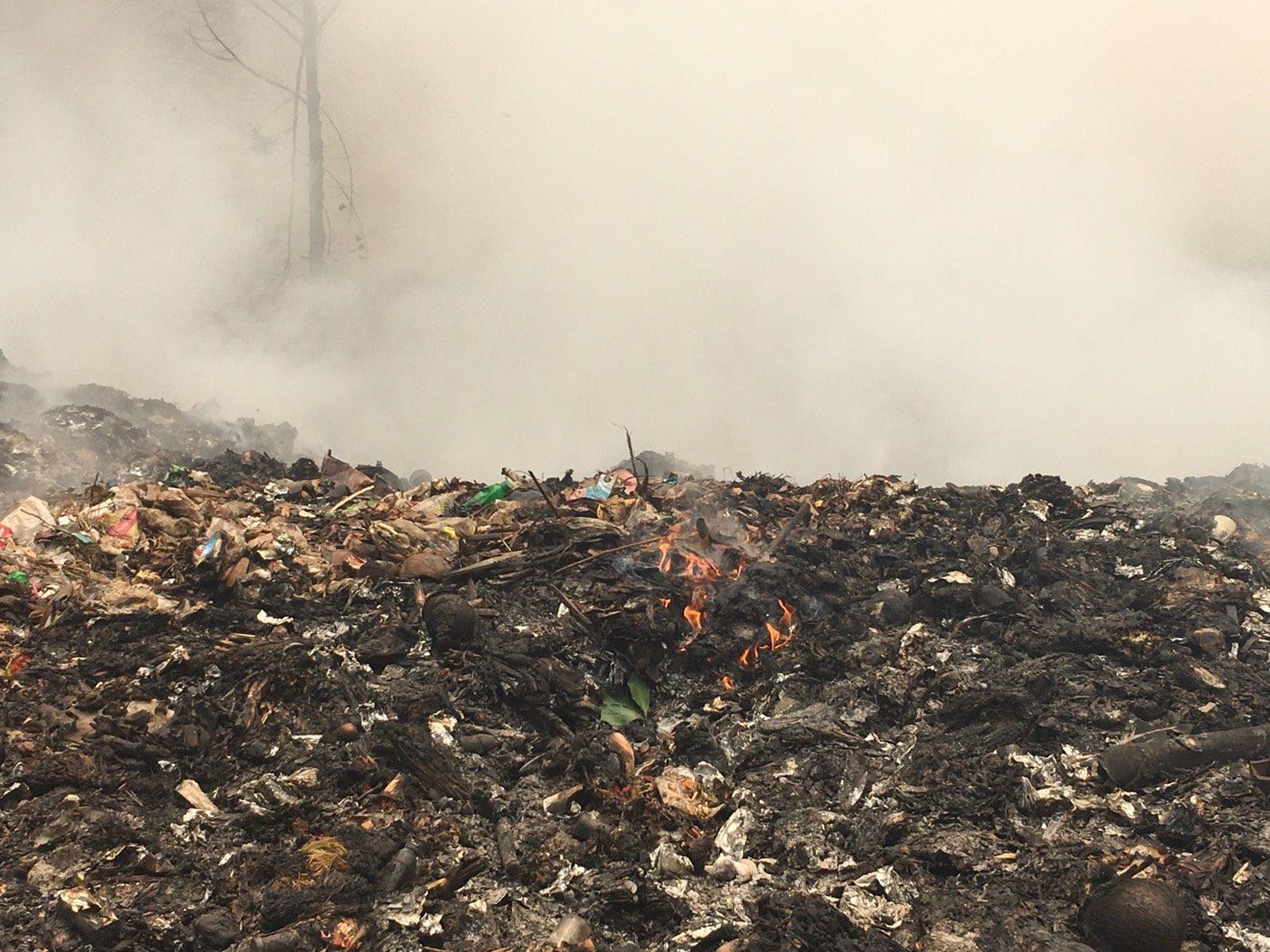 ไฟไหม้บ่อขยะ อ.สังขละบุรี ซ้ำเติมปัญหาหมอกควันและฝุ่นละอองที่เกิดจากไฟป่า