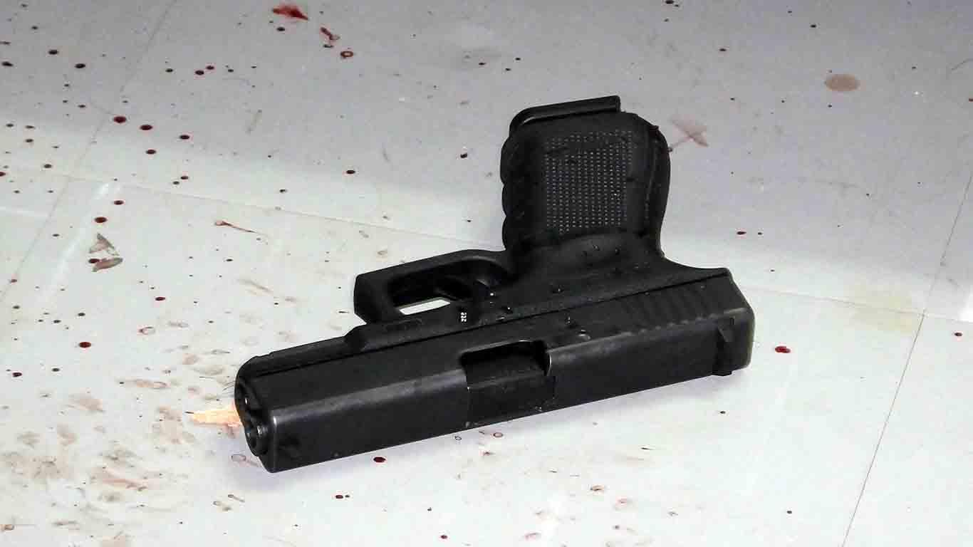 รองนายก อบต. จ.ปราจีนบุรี ใช้ปืนจ่อขมับยิงตัวเองดับ