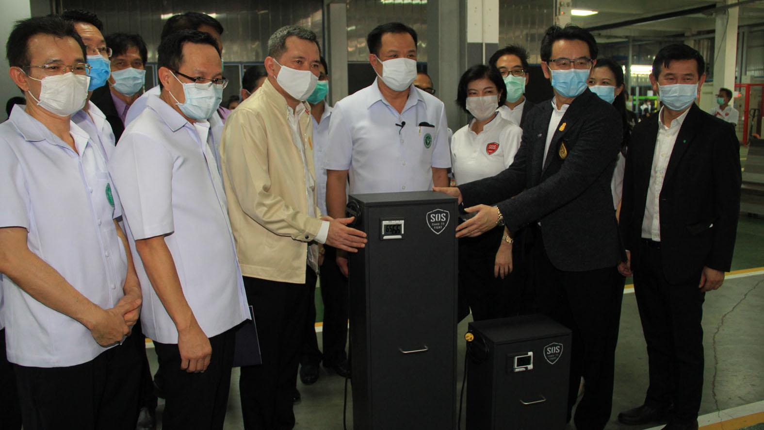 รองนายกรัฐมนตรี รุดเยี่ยมดูการผลิตตู้อบรังสี UVC ใช้ฆ่าเชื้อโควิดเครื่องมือทางการแพทย์