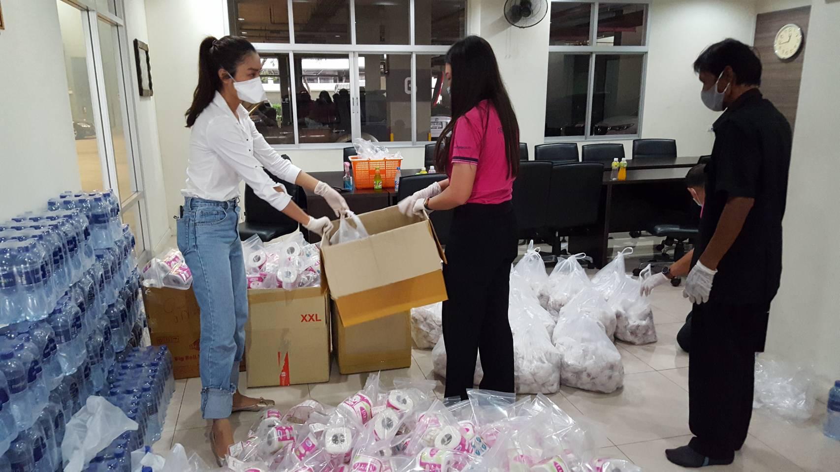 มิสไทยแลนด์เวิลด์ 2015 ร่วมกับเพื่อนจัดเครื่องอุปโภค-บริโภค แจกผู้ที่ลำบากย่านสวนลุมพินี