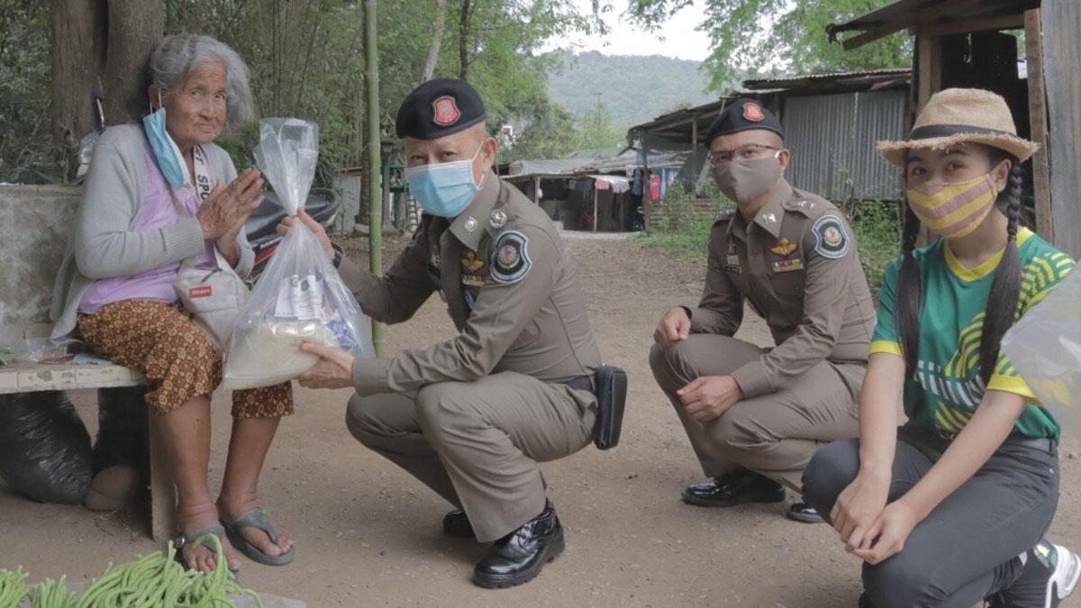 ตร.ทล.ไม่ทิ้งกัน มอบถุงยังชีพ ช่วยชาวโคราช เหยื่อโควิดระบาด