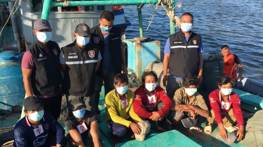 ตร.น้ำนราฯ  จับเรือประมงเวียดนาม 2 ลำพร้อมลูกเรือ 11 คน จนท.รพ.รุดตรวจคัดกรองหวั่นนำเชื้อโควิด-19เข้าฝั่งไทย