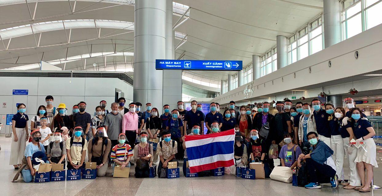 สอท.-สกญ.ไทยในเวียดนามส่ง 111 คนไทยกลับบ้าน