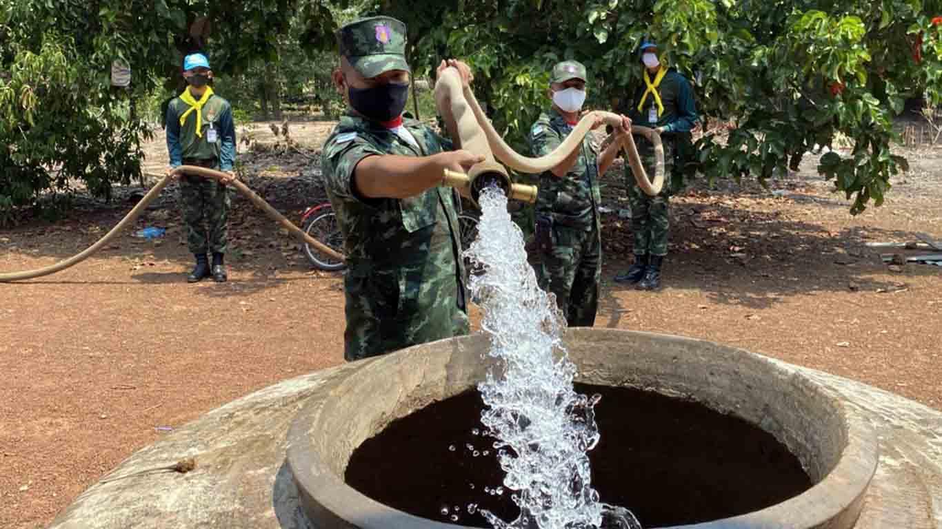 ทหารแจกน้ำอุปโภคในครัวเรือนช่วยภัยแล้ง จ.ปราจีนบุรี