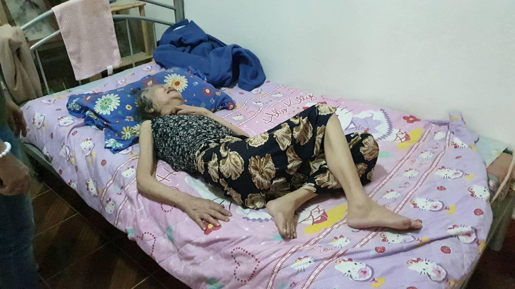 สุดรันทด!!! เจอพิษโควิด-19 ลามไปถึงยายวัย 71 ปี นอนติดเตียงขาดเเพมเพิสและอาหาร