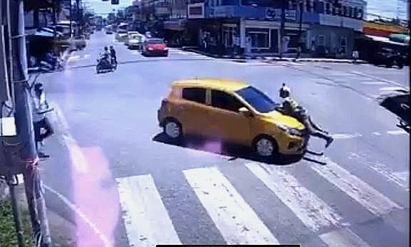หวิดดับ! ตร.จร.เมืองคอน หลังหนุ่มตรังก่อเหตุขับพา ตร.บนกระโปรงหน้ารถหลบหนี ถูกแจ้ง 3ข้อหาหนัก (มีคลิป)