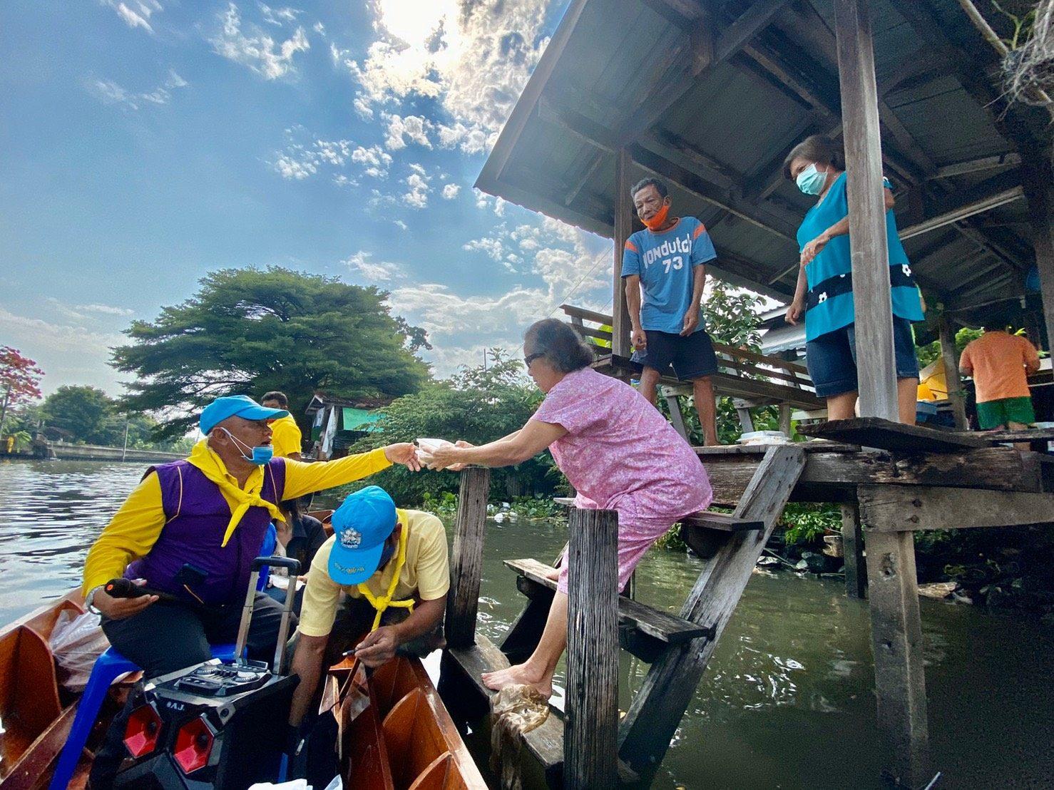 รองผู้ว่าฯนนท์ จัด 'โรงทาน delivery to home' ลงเรือแจกข้าวกล่อง ชาวบ้านริมน้ำ