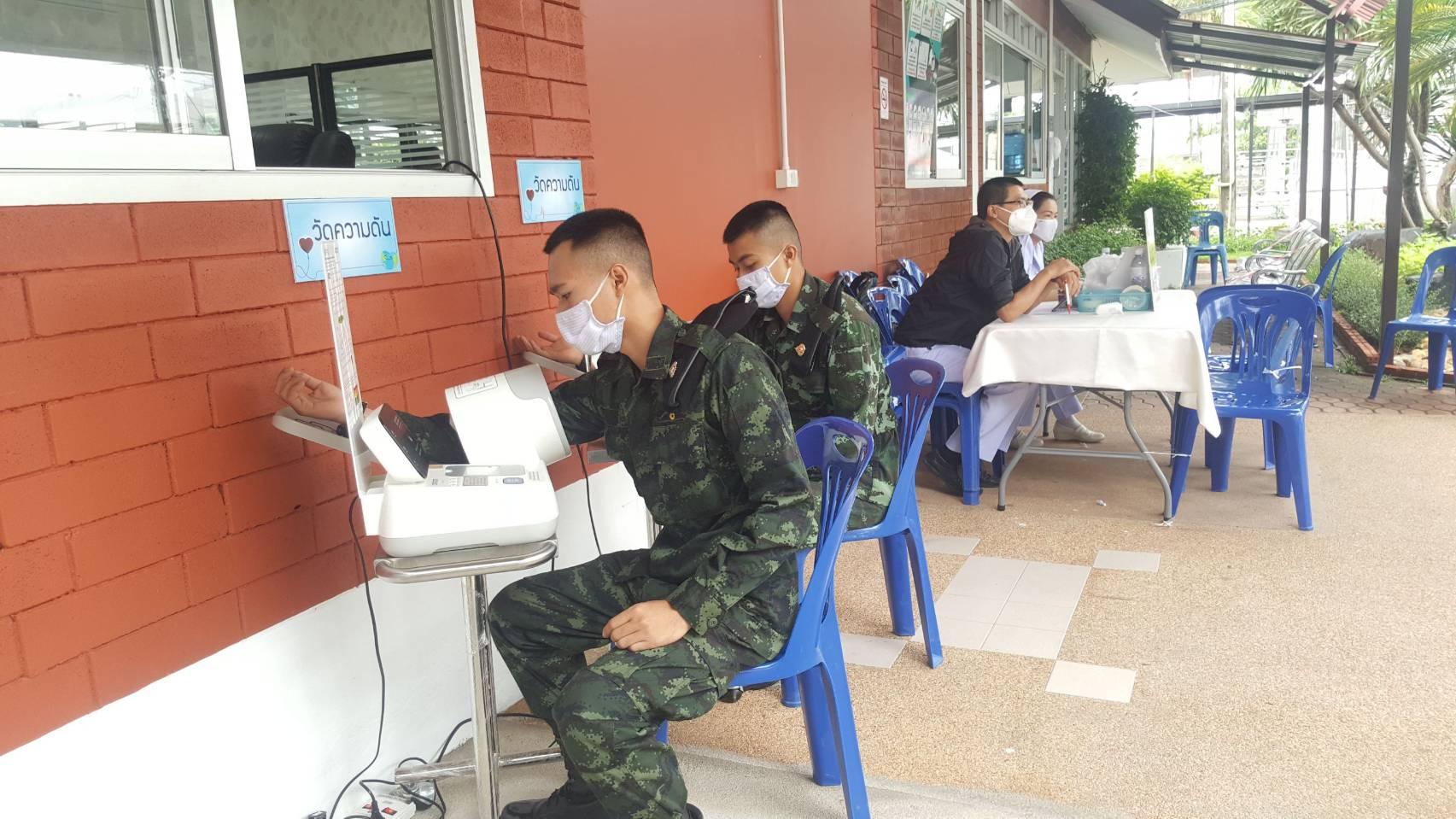 ทหารให้เลือด ผู้บังคับหน่วยเฉพาะกิจกรมทหารม้าที่ 2 นำน้องทหารบริจาคโลหิตที่โรงพยาบาลแม่สาย