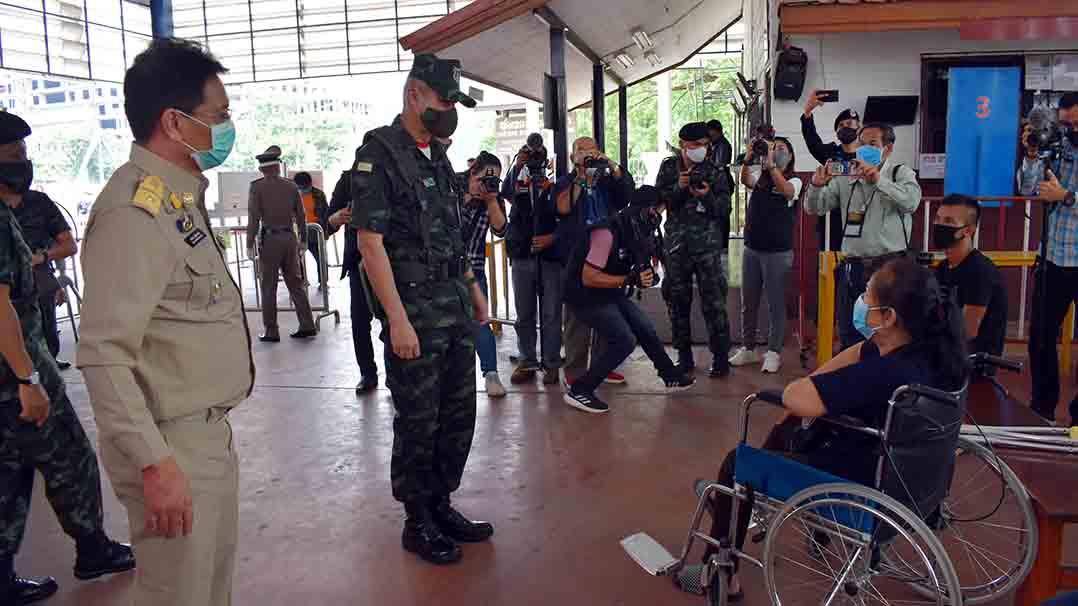 แม่ทัพภาคที่ 1 ลงพื้นที่ จ.สระแก้ว มอบเงินซื้ออุปกรณ์การแพทย์และตรวจแนวชายแดนไทย-กัมพูชา