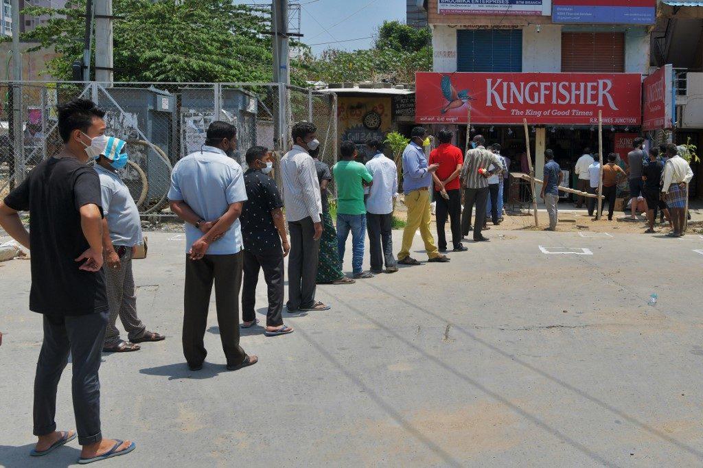 อินเดียวุ่น! คนแห่ซื้อเหล้า หลังรัฐปลดล็อก จนไม่เว้นระยะห่าง ตร.ต้องไล่ปิดร้านค้า