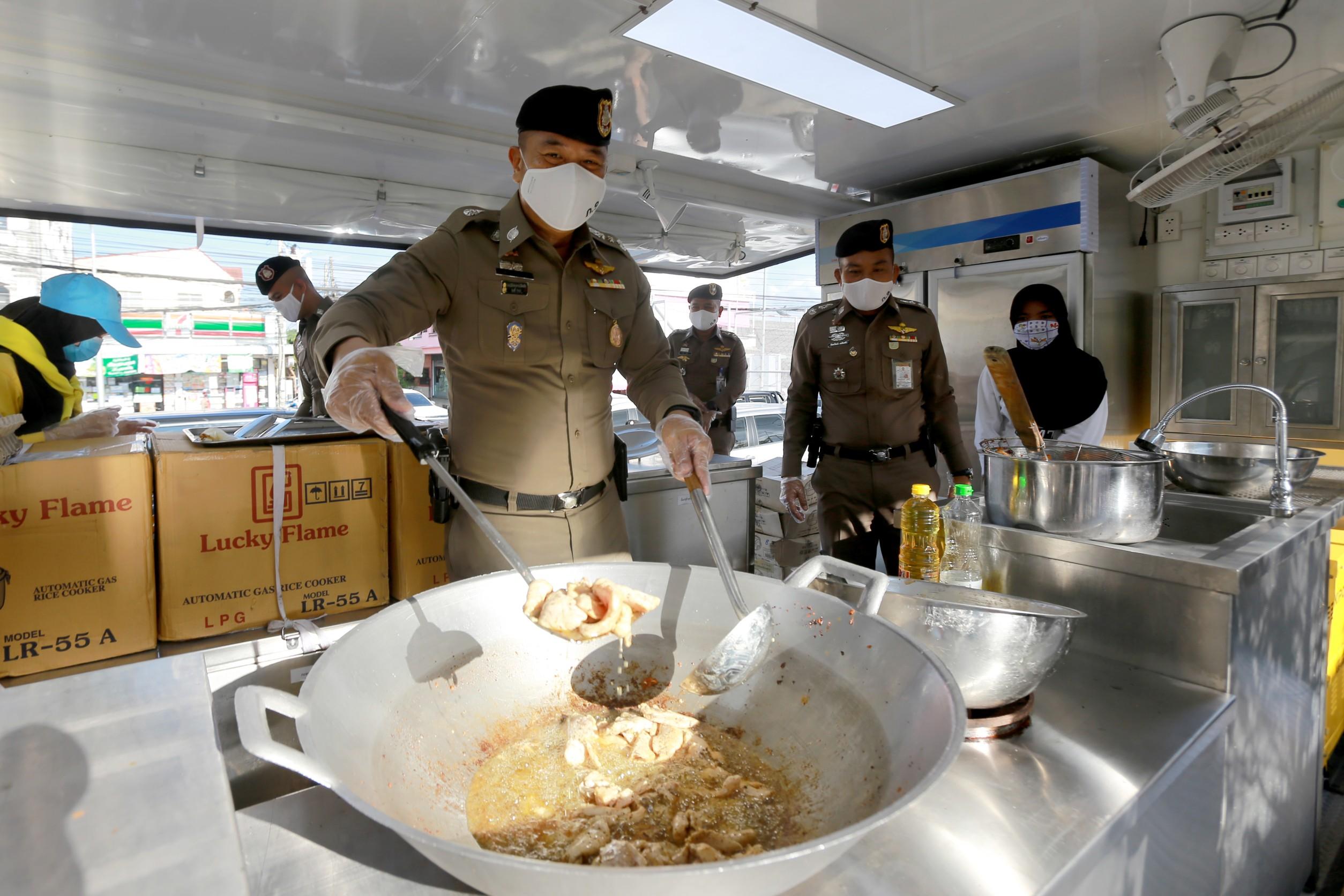 ผบช.ภ.9 ลุยเอง ทอดไก่,ผัดข้าว แจกประชาชน สู้ภัยโควิด-19