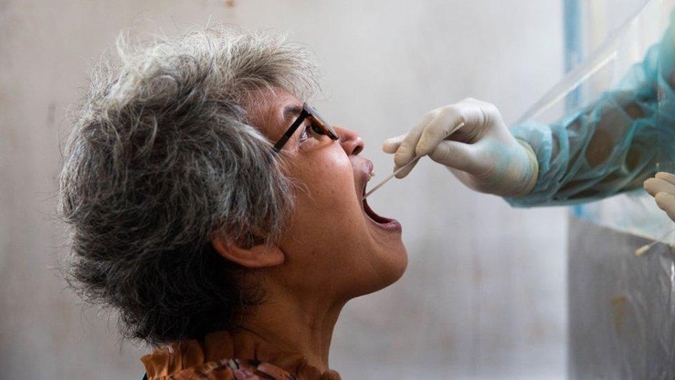 โควิด-19 : ศบค.เผยตรวจหาเชื้อไวรัสโคโรนากว่า 5 หมื่นตัวอย่างในรอบ 1 เดือน
