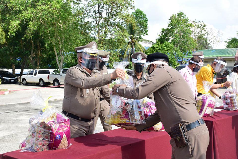 ตร.ระนองมอบเครื่องอุปโภคฯสร้างขวัญและกำลังใจ จนท.ตำรวจสู้ภัยโควิด-19