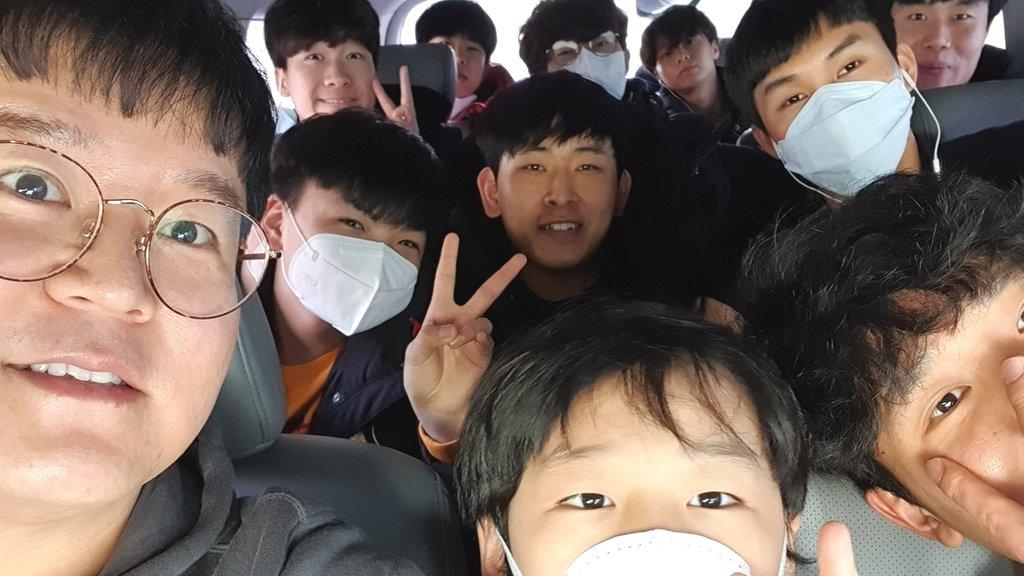 """โควิด-19 : เมื่อล็อกดาวน์ทำให้ชายเกาหลีใต้ผู้อุปถัมภ์เด็กเกาหลีเหนือ 10 คน ต้องเปลี่ยนบ้านเป็น """"โรงเรียน"""""""
