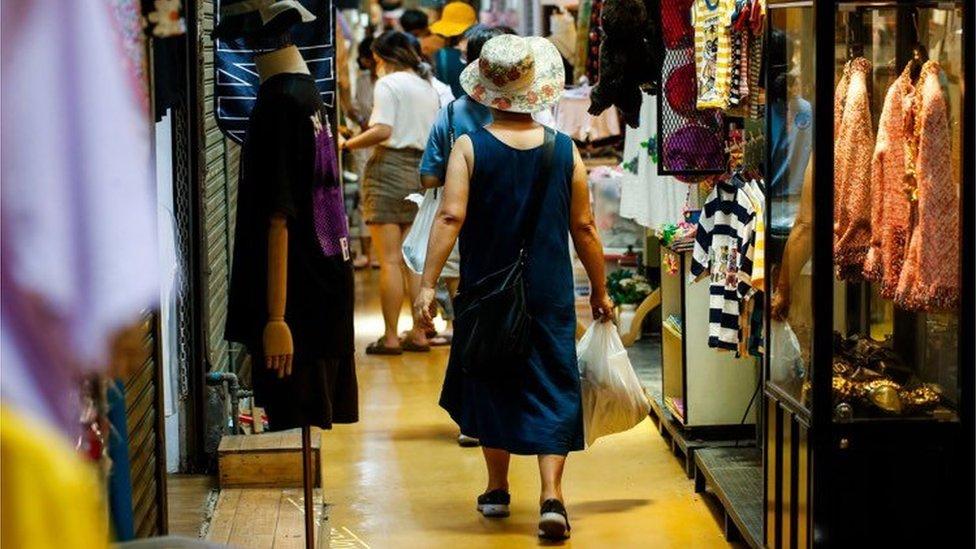 โควิด-19 : เปิดตลาดนัดจตุจักรวันแรก กับ New Normal ผู้ค้า-ขาช็อป