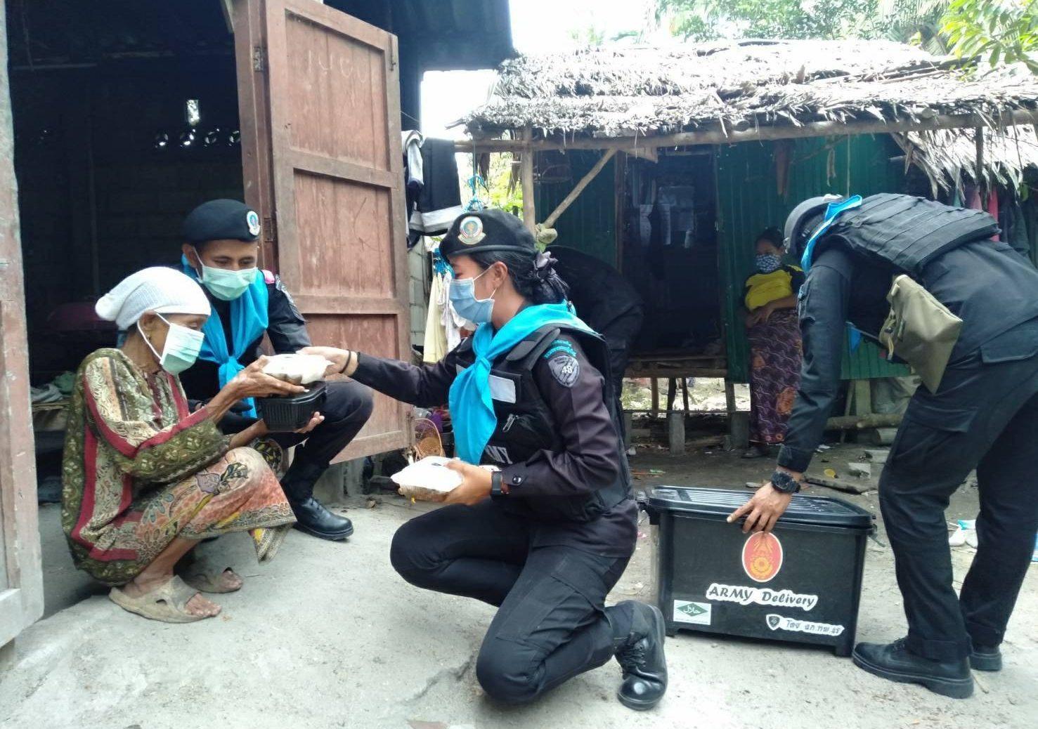 ฉก.ทพ.48 ส่งกำลังพลดิลิเวอรีข้าวกล่อง จัดชุดแพทย์เคลื่อนที่ บริการชาวเจาะไอร้องสู้ภัยโควิด