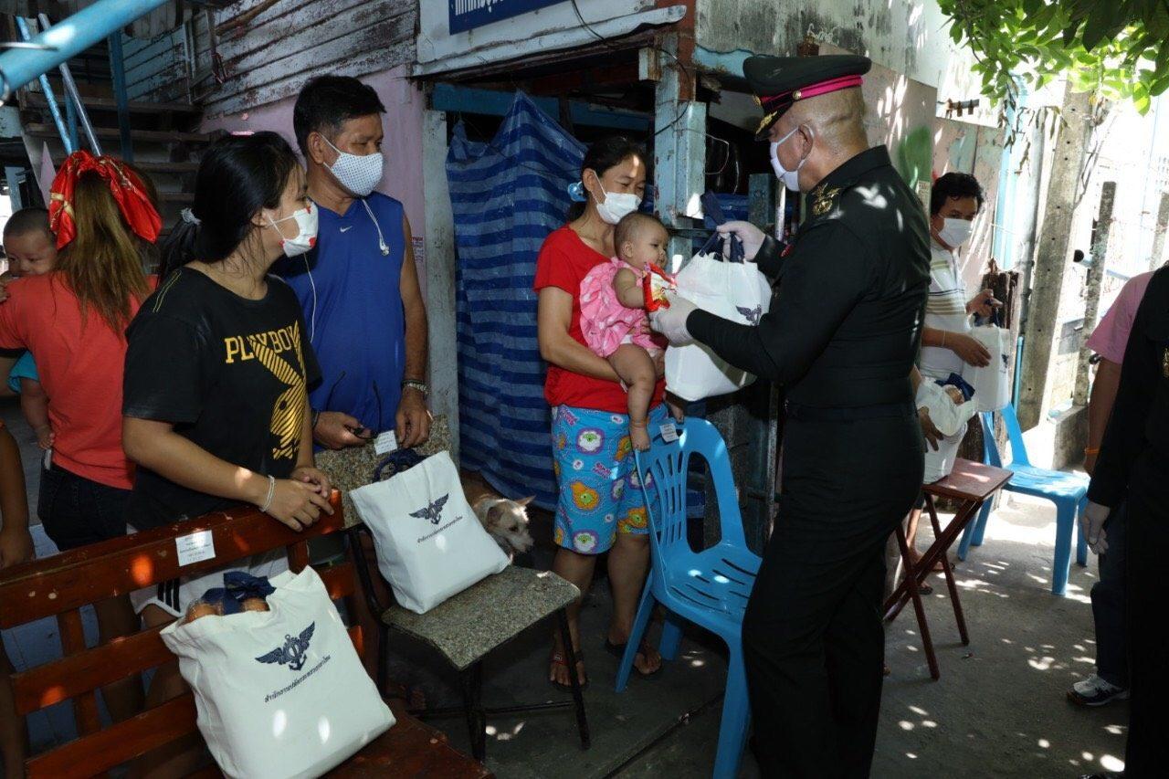 'ปลัดกห.' นำหน่วยงานรัฐ-เอกชน มอบสิ่งของชุมชนหลักสี่ ช่วยเหลือผลกระทบโควิด-19
