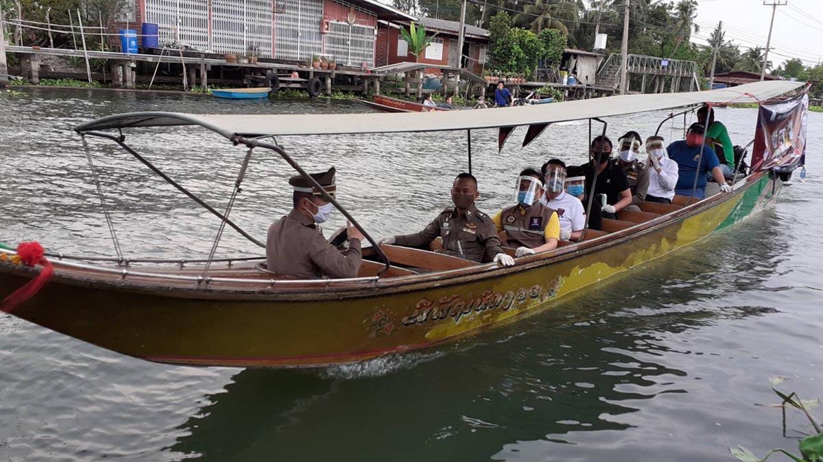ผู้การฯสมุทรสาคร นำทัพลงคลอง ล่องเรือแจกของ ผู้เดือดร้อนจากโควิด