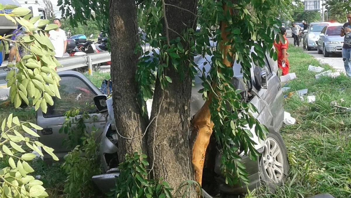 อุบัติเหตุสลดดับคาที่ 3 ศพ! กระบะพุ่งชนต้นไม้ริมถนนพังยับ เจ็บสาหัสอีก 2