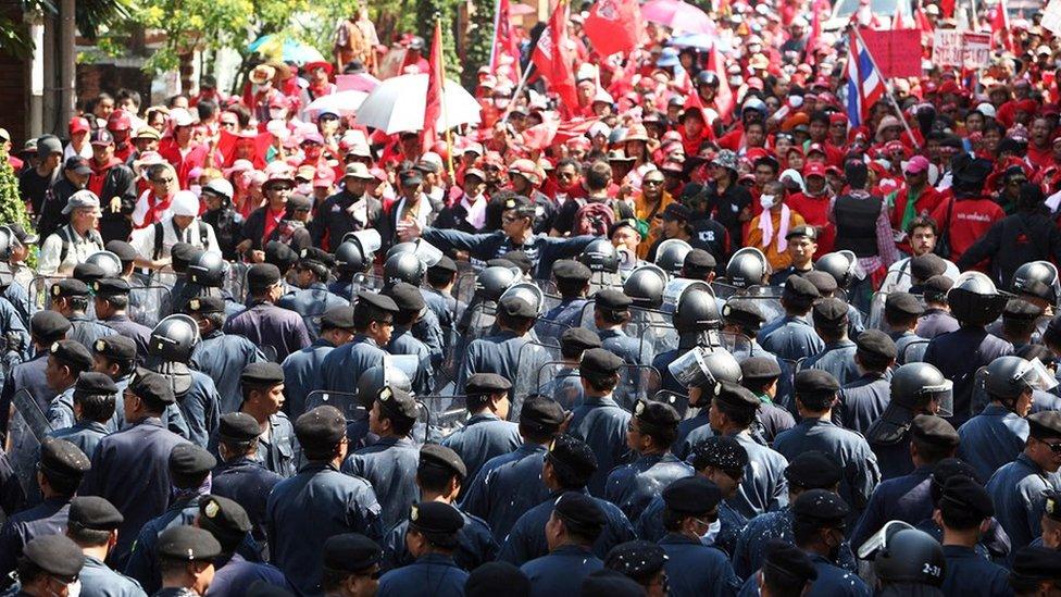 """10 ปีสลายการชุมนุมคนเสื้อแดง : มองเมษา-พฤษภา 53 ผ่านวาทกรรม """"จำไม่ลง"""""""