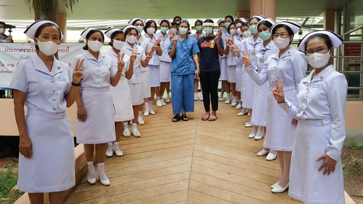 กระบี่ เฮ! ทีมแพทย์-พยาบาล ร่วมส่งผู้ป่วยหาย โควิด-19 รายสุดท้าย กลับบ้าน