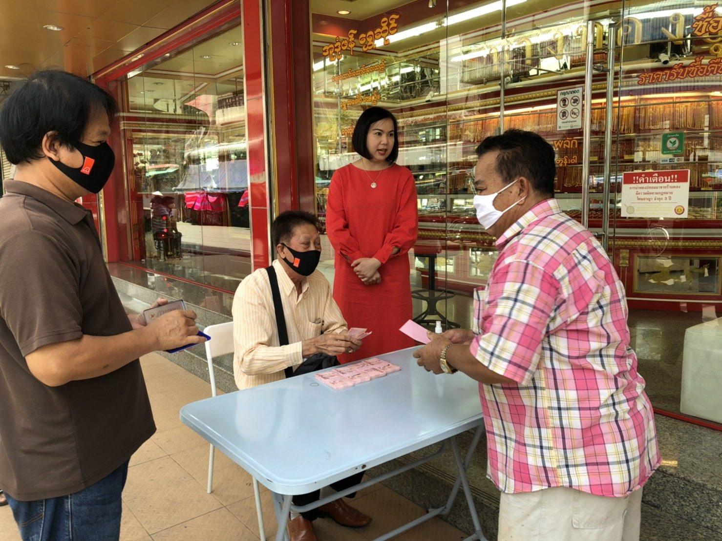เศรษฐีแม่สอดใจดี แจกเงินคนไทย-เมียนมา คนละ 200 บาท คนขับวินจยย.รับ 500บ.