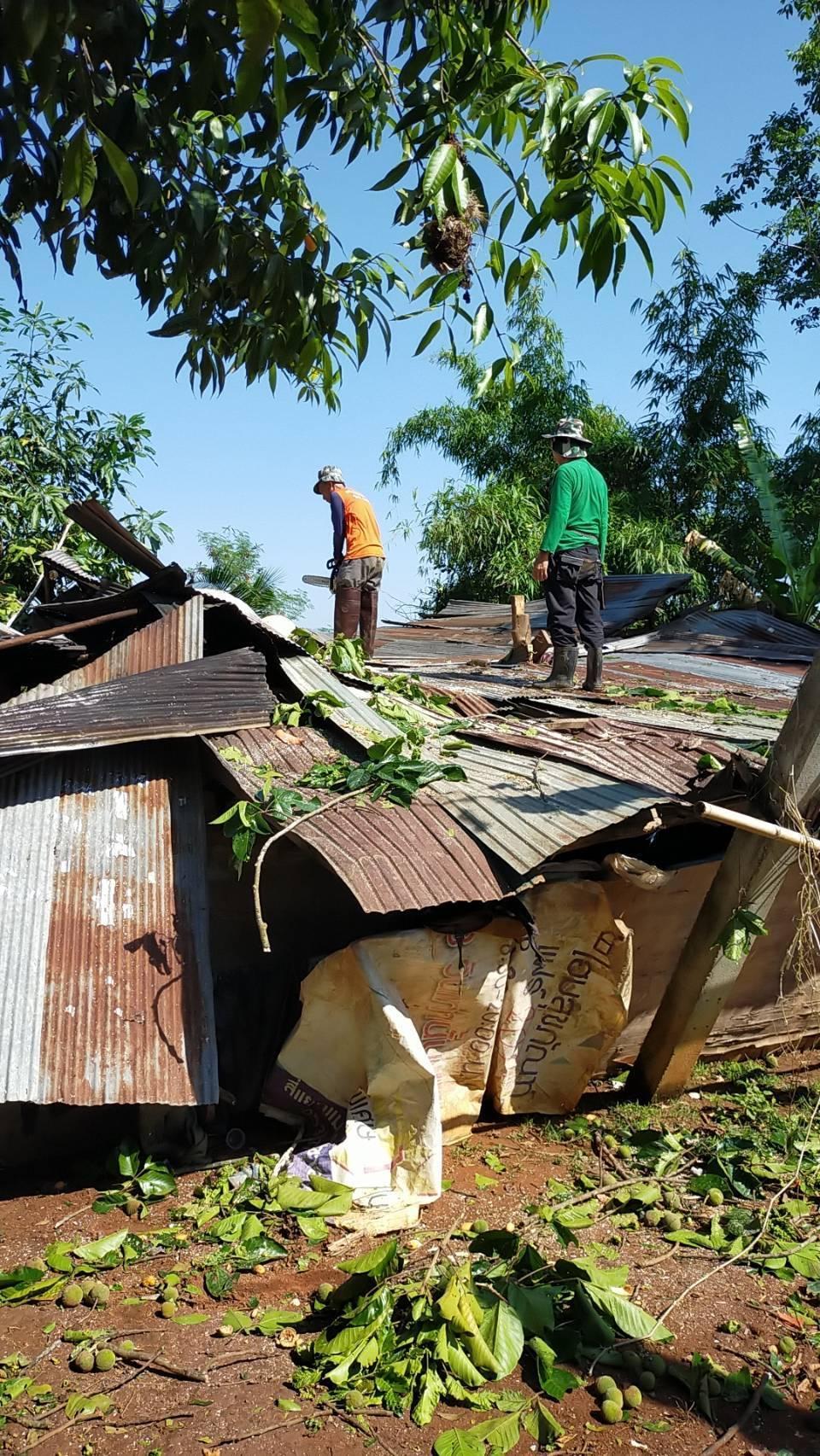 อ.พาน เกิดลมพายุ ไฟฟ้าดับนานกว่าชั่วโมงเมื่อคืนที่ผ่านมา นอภ.พานช่วยเหลือบ้านต้นไม้ล้มทับ