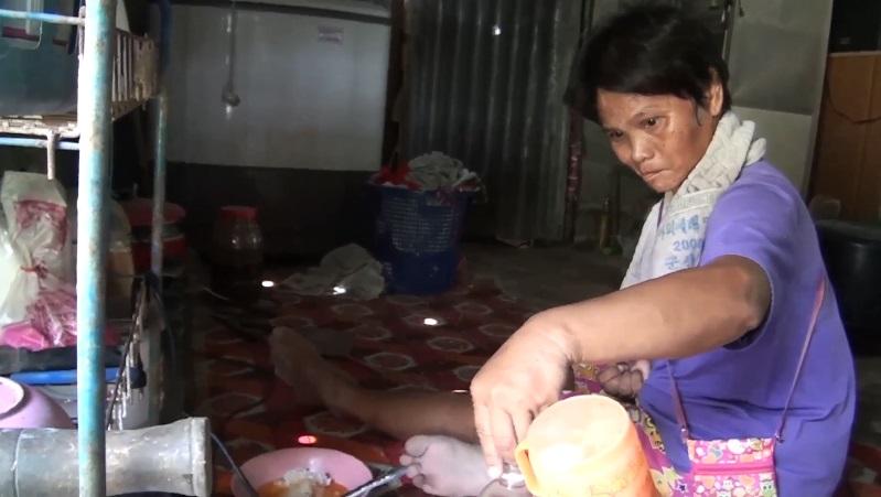 หญิงแกร่ง พิการลิ้นเเข็ง ต้องกินข้าวกับน้ำส้มสู้ชีวิต