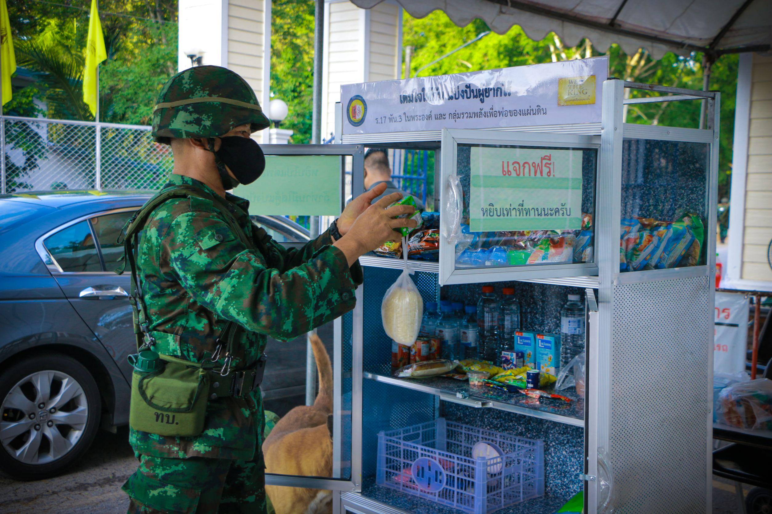 ทหารนำกำลังพลจิตอาสานำข้าวสาร อาหารแห้ง และน้ำดื่ม ใส่ตู้ปันสุขเติมใจให้กันแบ่งปันผู้ยากไร้ สู้ภัยโควิด 19