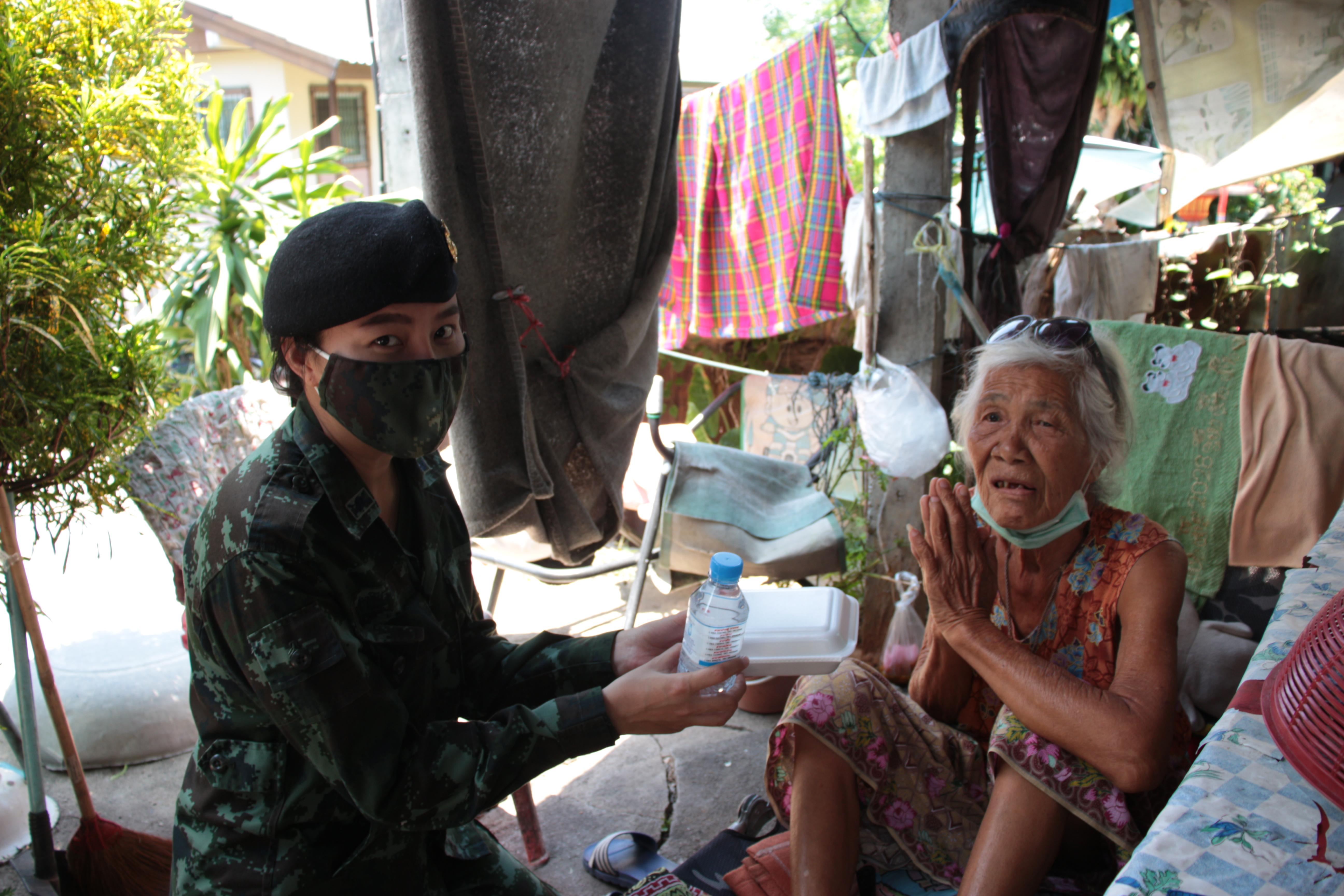 ทหารเป็นที่พึ่งของประชาชนจัดกิจกรรมแจกจ่ายอาหารกลางวันส่งถึงบ้าน