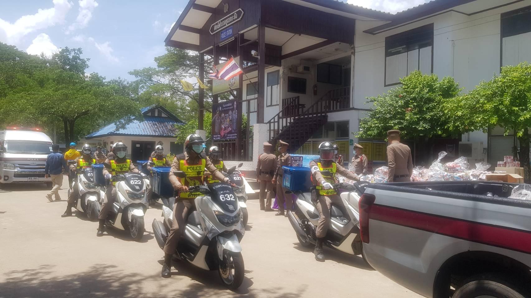 สภ.กระสัง ร่วมกับเอกชนปล่อยขบวน Grab Police ส่งมอบถุงยังชีพช่วยผู้ประสบภัยโควิดถึงบ้าน