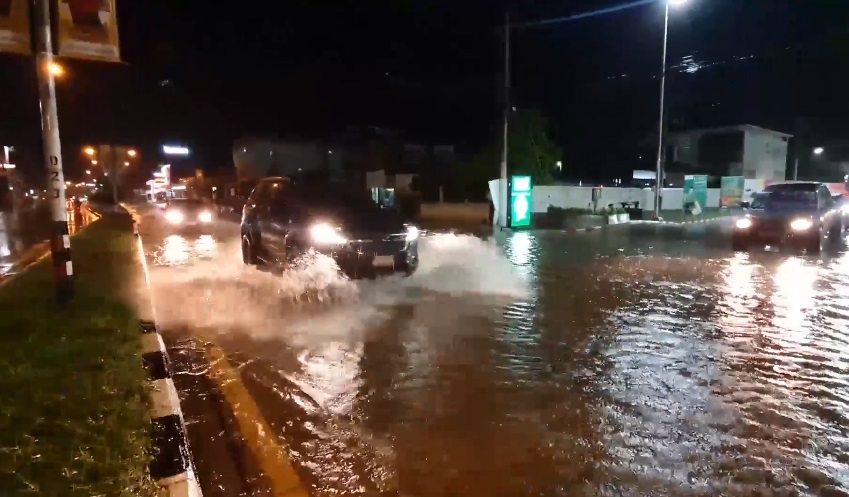 พายุถล่มอุบลฯ ย่านเศรษฐกิจน้ำรอระบาย หลายสาย