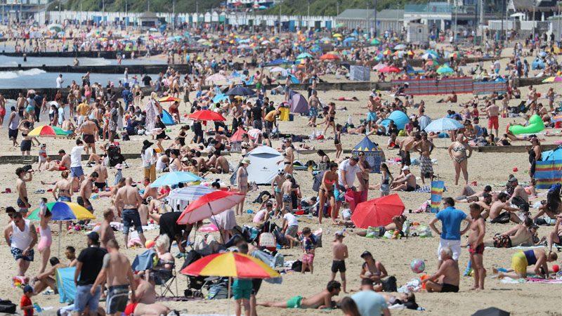 """โควิด: อังกฤษเที่ยววันหยุดยาว """"แน่นหาด"""" เมินเว้นระยะห่าง แขวะคนสนิทนายกฯ ยังไม่ทำตามกฎ"""