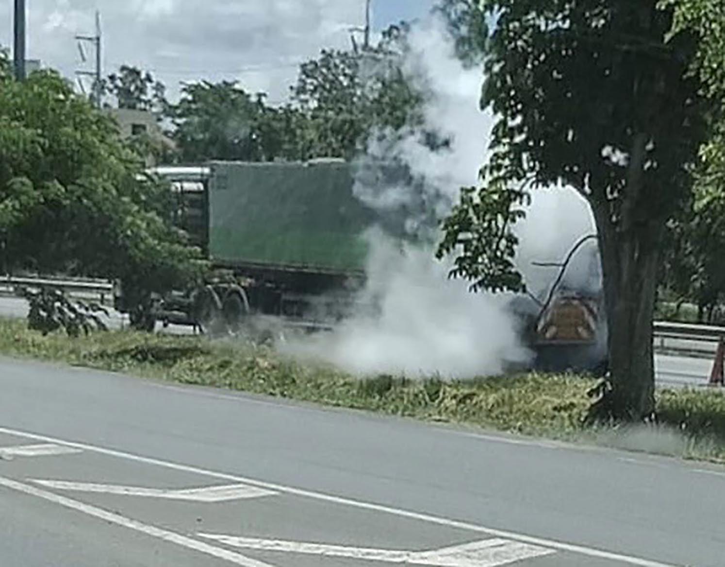 ปากช่องระทึกรถบรรทุกแก๊สรั้วปิดถนนมิตรภาพ