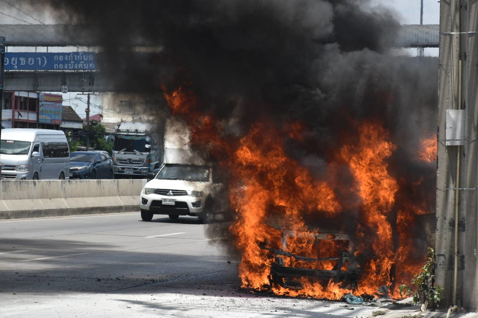 ไฟไหม้รถตู้ 3 พ่อแม่ลูกรอดตายหวุดหวิด