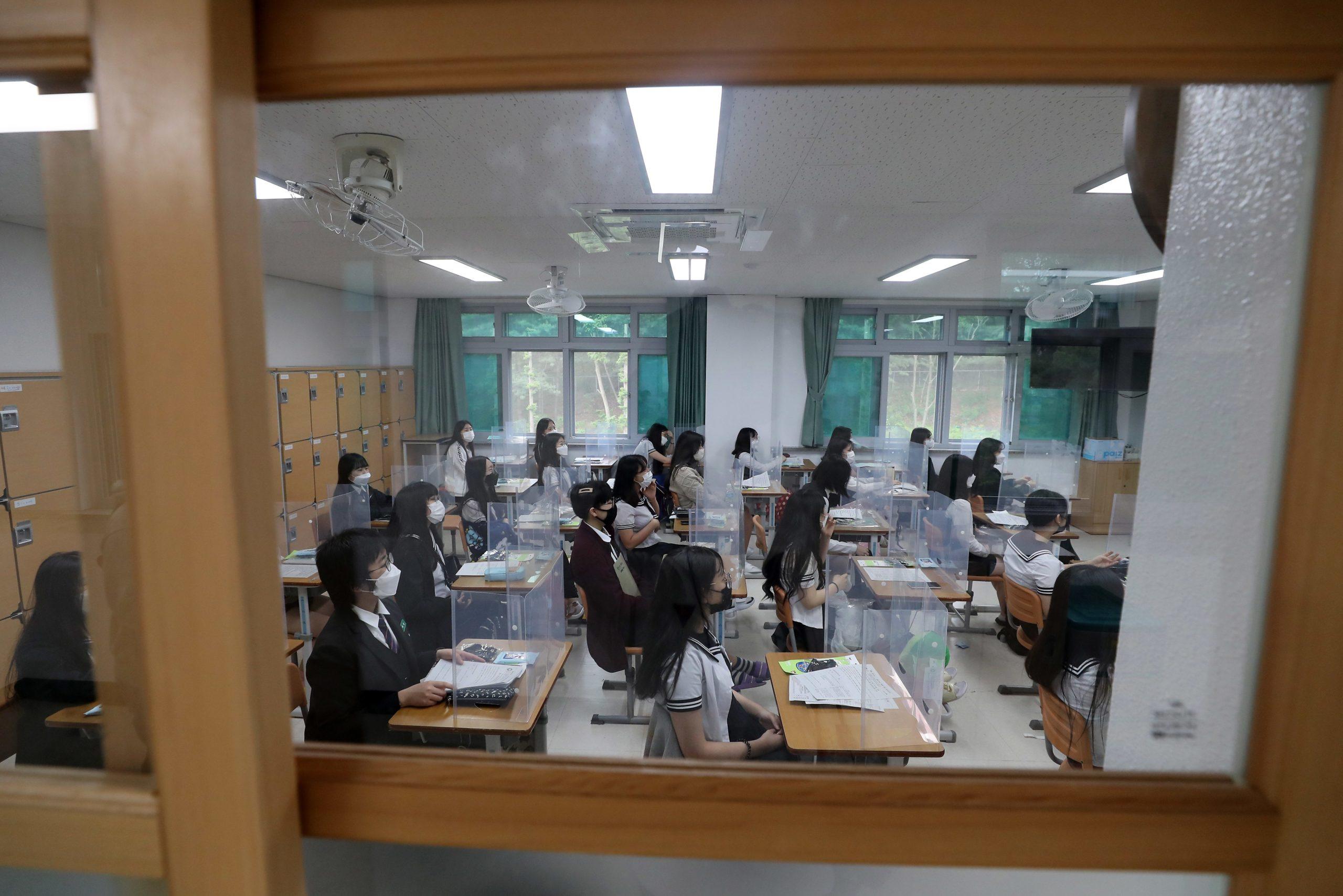 เกาหลีใต้จำกัดจำนวนนร.เข้าห้องเรียน หลังพบผู้ป่วยโควิด-19 เพิ่มขึ้น