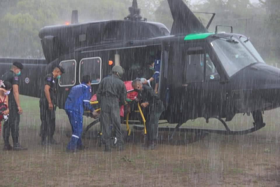 บินด่วน! ฝ่าสายฝนรับผู้ป่วยไตเรื้อรังจากท่าสองยางไปพิษณุโลก