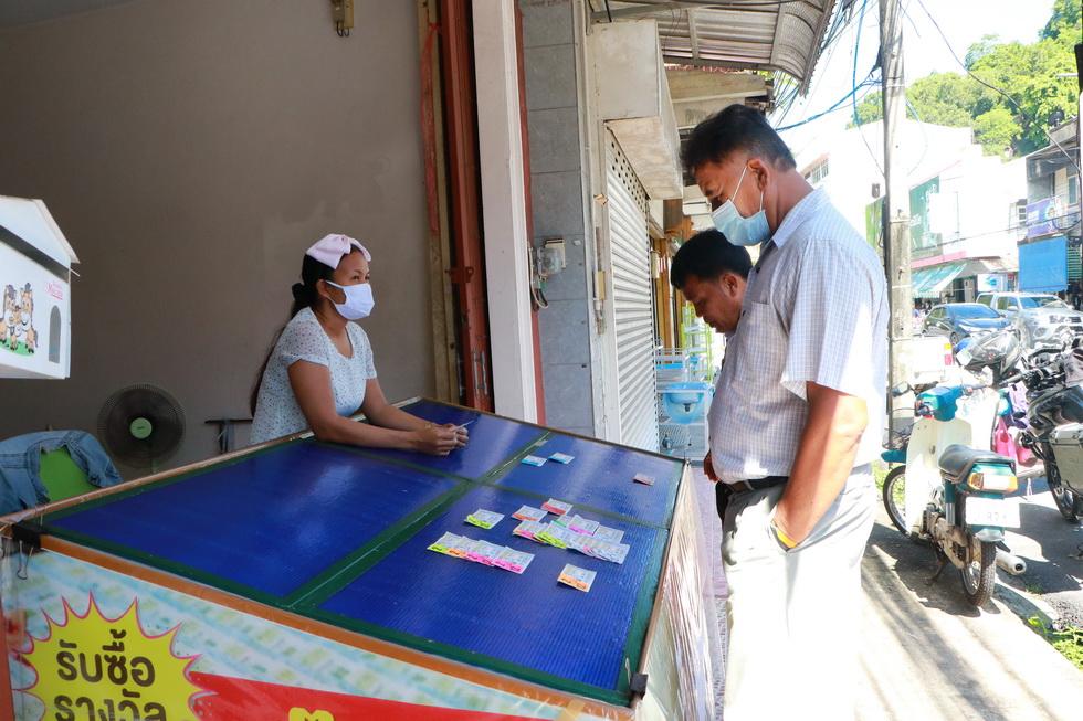 พัทลุง-หลังผ่อนคลายประชาชนออกหาซื้อลอตเตอรี่ขายดีจนเกลี้ยงแผง (มีคลิป)