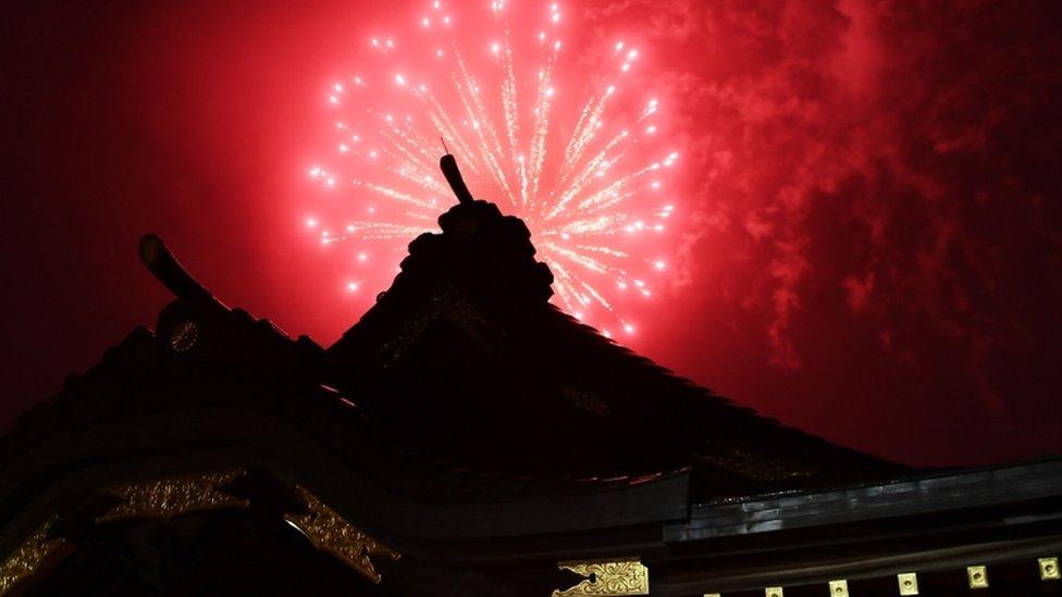 โควิด-19 : ญี่ปุ่นจุดพลุปลุกขวัญกำลังใจประชาชนในวิกฤตโคโรนา