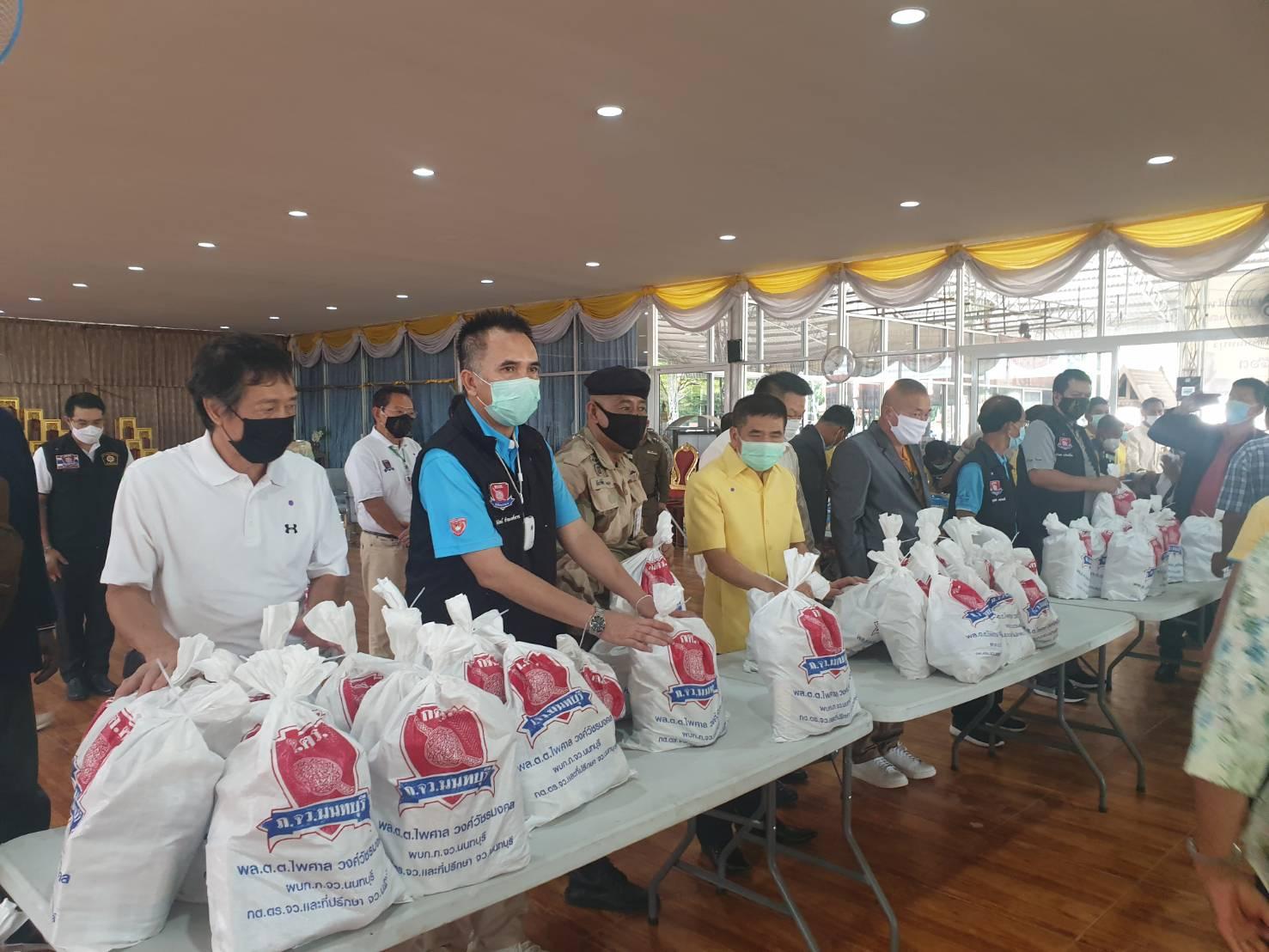 พ่อเมืองนนท์ ร่วมกับ กต.ตร.นนทบุรี มอบถุงยังชีพกว่า 2,000 ชุด บรรเทาโควิด