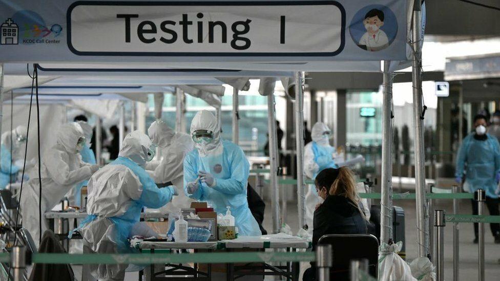 โควิด-19 : แต่ละชาติรับมืออย่างไร เมื่อไวรัสโคโรนาสายพันธุ์ใหม่กลับมาระบาดอีกระลอก