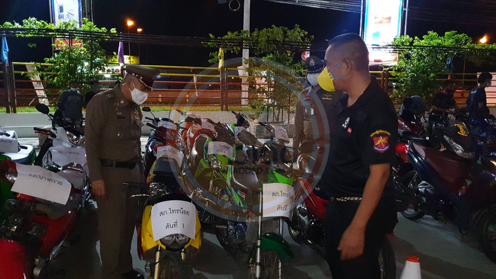 ตำรวจนนทบุรีจับกลุ่มเด็กแว้นได้กว่า 100 คนพร้อมรถ จยย.หลังจากยกเลิกเคอร์ฟิว