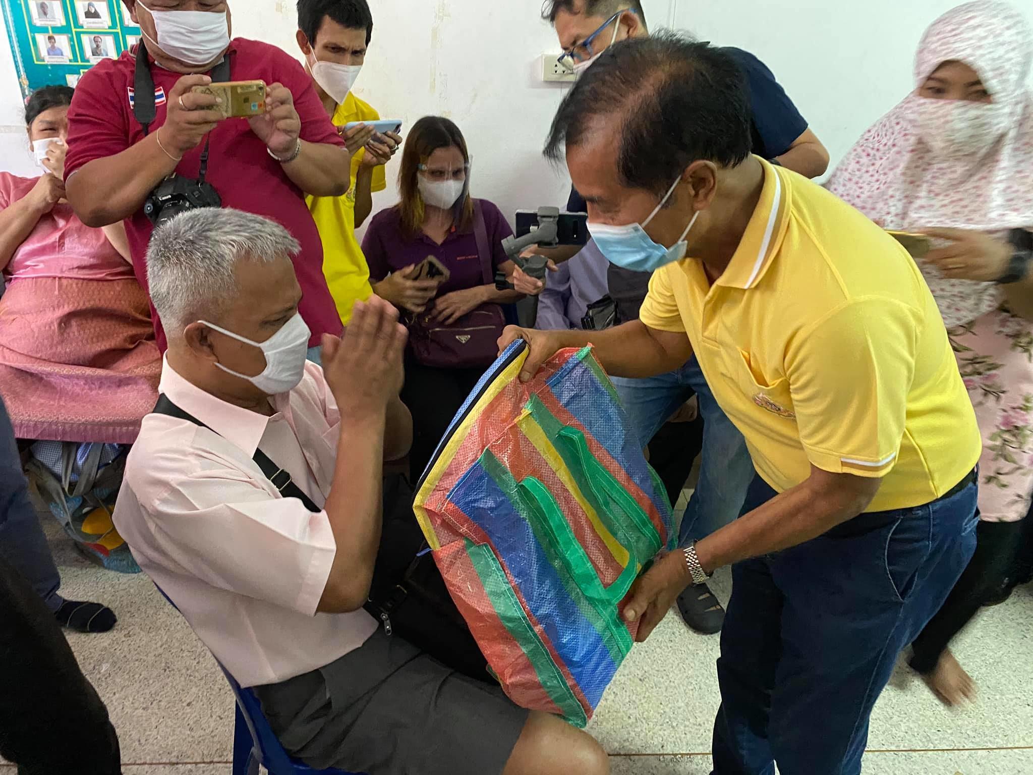'ถาวร เสนเนียม'มอบถุงยังชีพให้ผู้พิการสายตา ที่สมาคมคนตาบอดมุสลิม