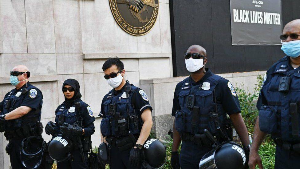 จอร์จ ฟลอยด์ : ตำรวจอเมริกัน คิดอย่างไรกับการประท้วงการเหยียดเชื้อชาติและการใช้ความรุนแรงของตำรวจ